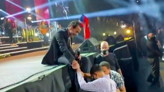 Marc Anthony conmueve al convivir con pequeño en su concierto
