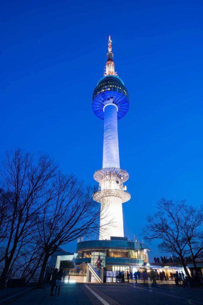 La torre estuvo iluminada con el bicolor durante una hora.