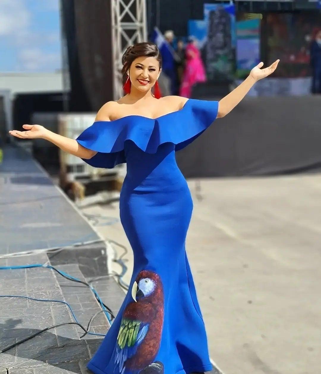 Un vestido de hombros caídos y vuelo en la parte superior, con corte de sirena, ajustado a su figura, definitivamente Milagros escogió muy bien.
