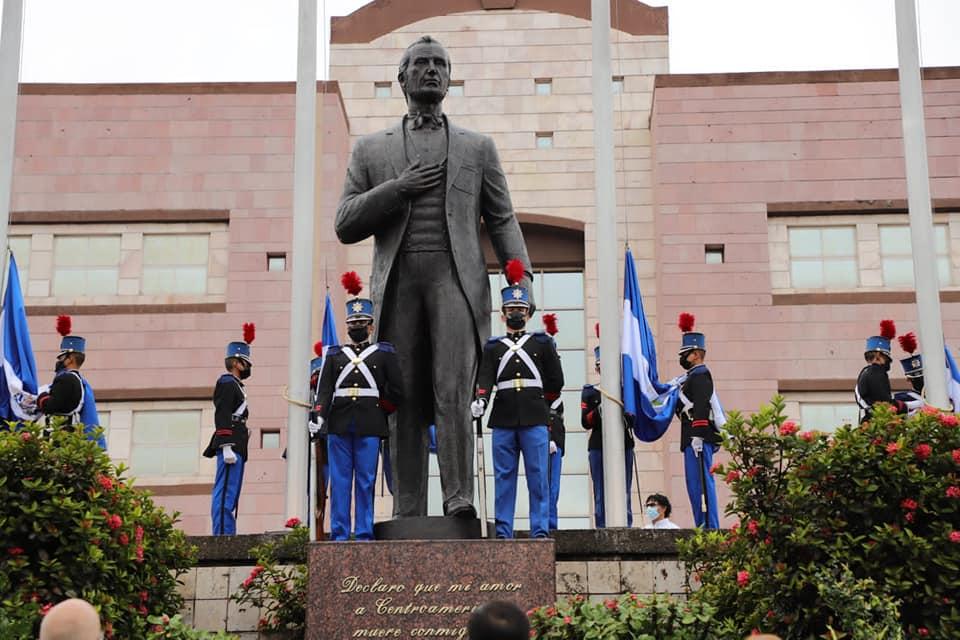 En la estatua que se ubica frente al BCIE, también realizaron actos conmemorativos.