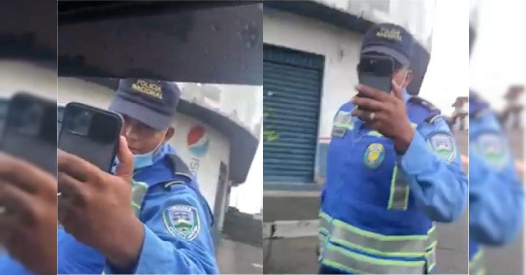 vídeo policía golpea a conductor