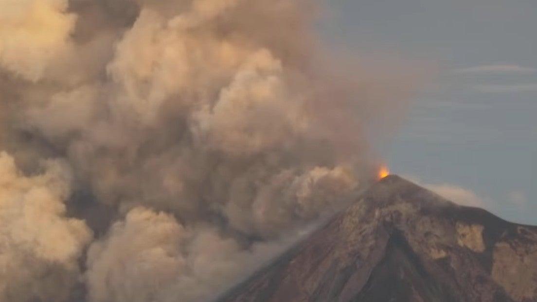 Volcán de Fuego hace erupción en Guatemala.