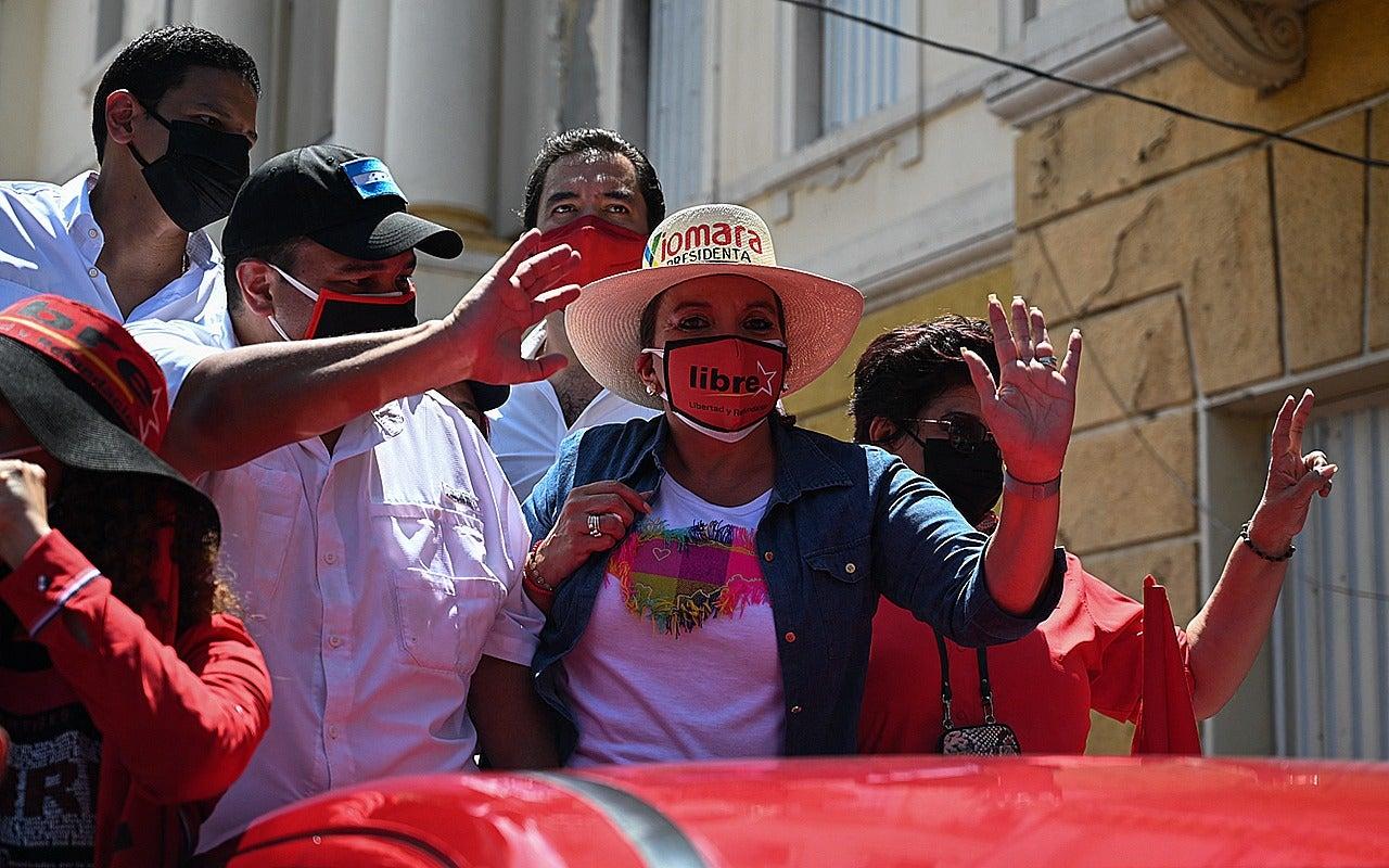 En la paila de un carro rojo iba la candidata a la presidencia Xiomara Castro.