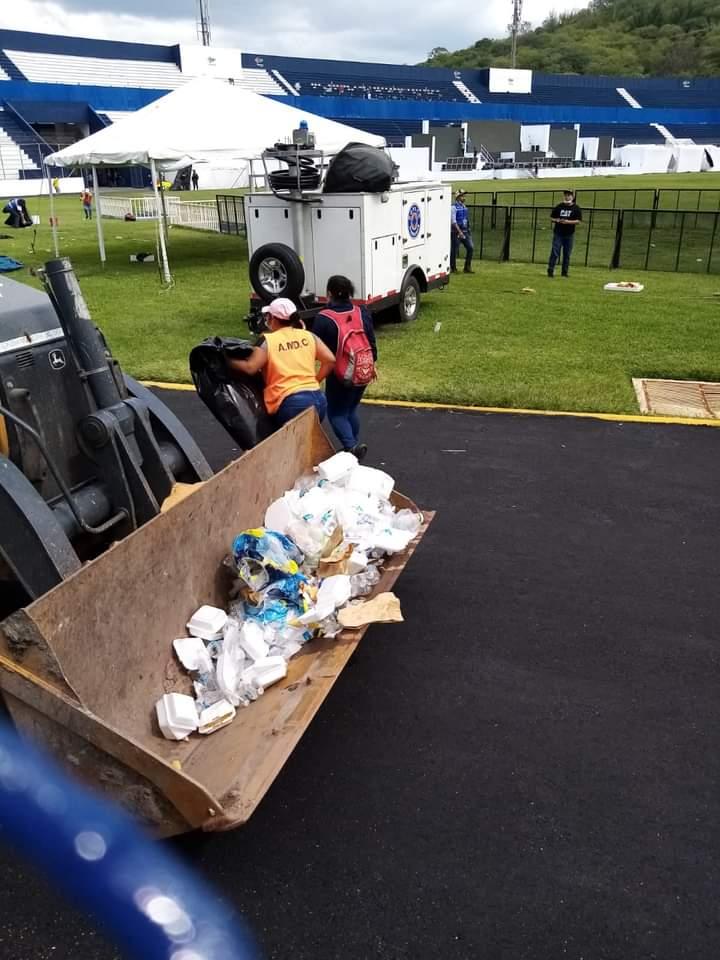 Gran cantidad de basura en estadio