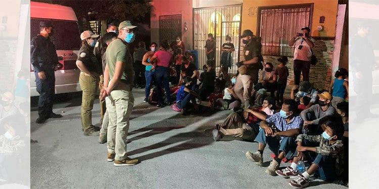 Hallan a migrantes hondureños hacinados en buses y casas