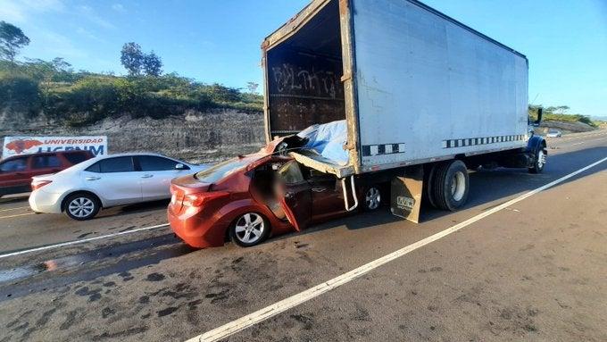 Conductor muere tras estrellarse contra camión estacionado