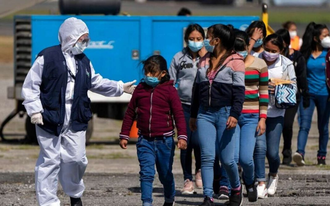 juez prohíbe expulsar a migrantes EEUU