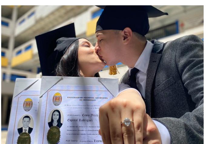 Pareja de UNAH se gradúa y destaca su anillo de compromiso