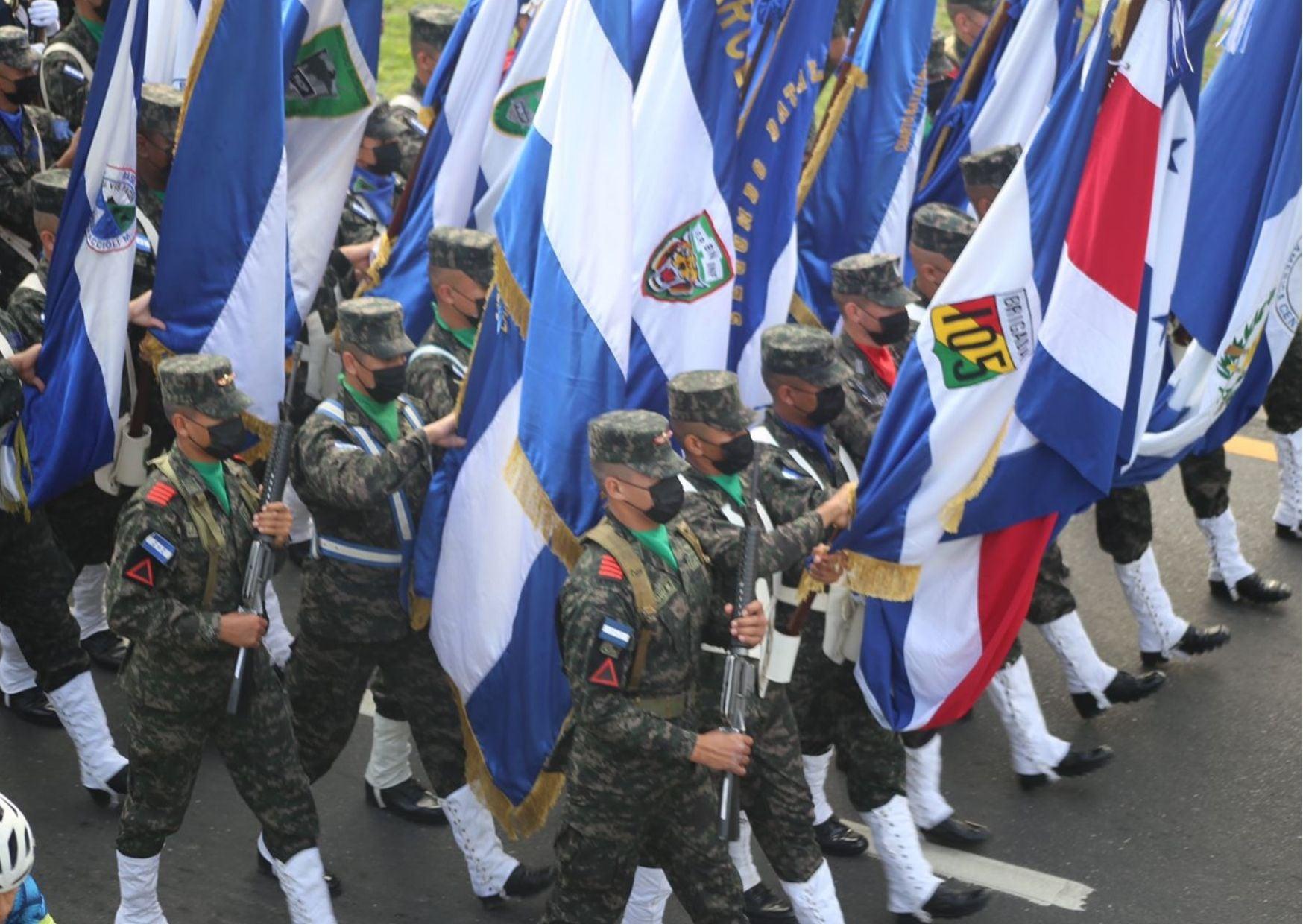 Desfile con las banderas de los países centroamericanos. Foto Carlos Hernández.