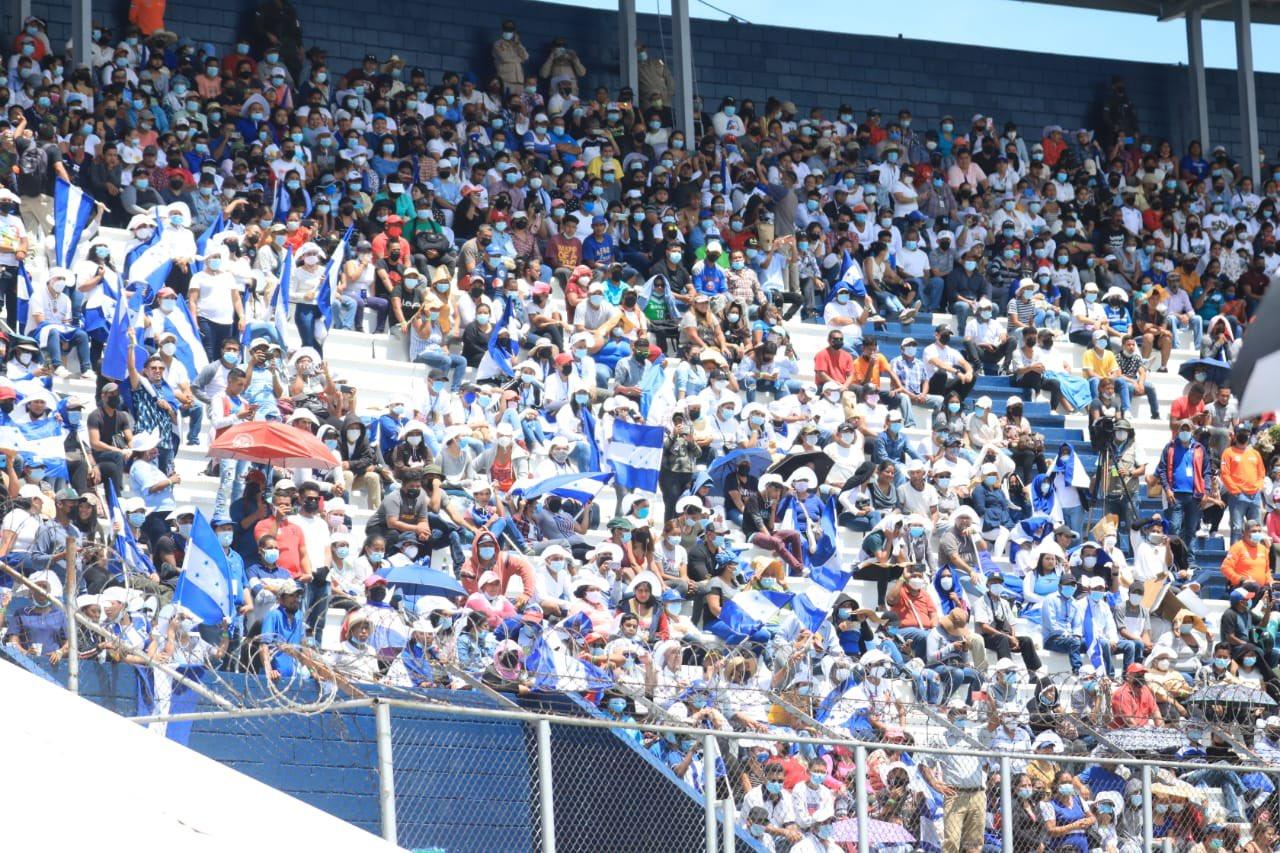Al Estadio Nacional asistió una limitada cantidad de personas.