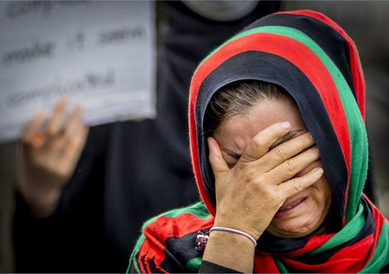 VÍDEO: Talibanes golpean a una mujer durante manifestaciones