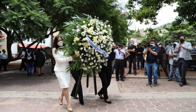 El Congreso Nacional envió una corona floral a la estatua del general Morazán.
