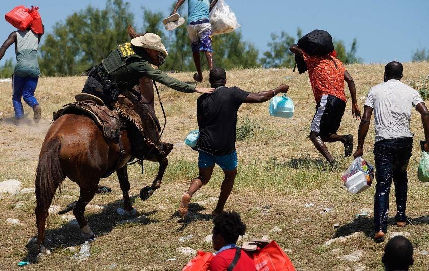 Migrante haitiano es atrapado por un guardia fronterizo.