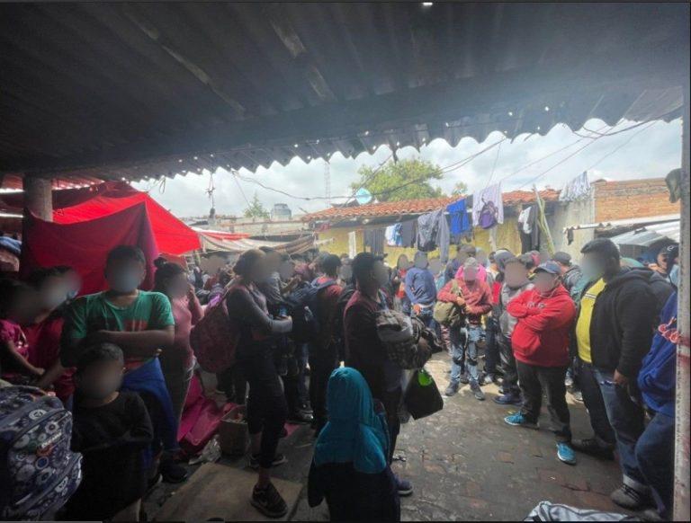 Sin agua ni comida: hallan a 133 migrantes en una casa de México