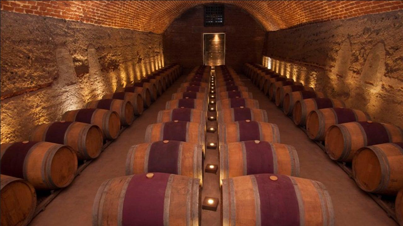 El interior de una bodega donde se preserva el vino.