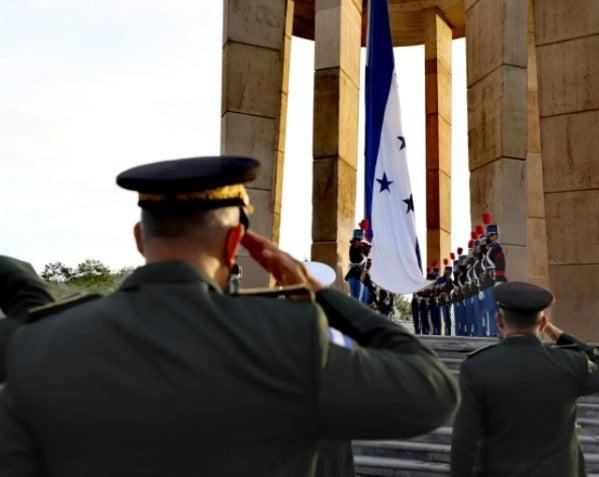 El izamiento de la Bandera Nacional es lo primero que se realiza durante el mes patrio.