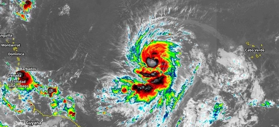 huracán Larry categoría 3