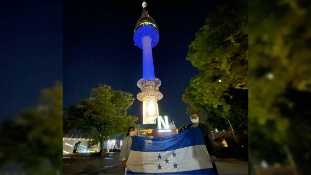 Bandera de Honduras en torre de Corea