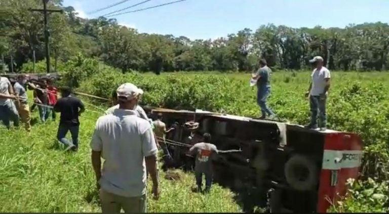 Camión blindado cae a hondonada y deja varias personas atrapadas