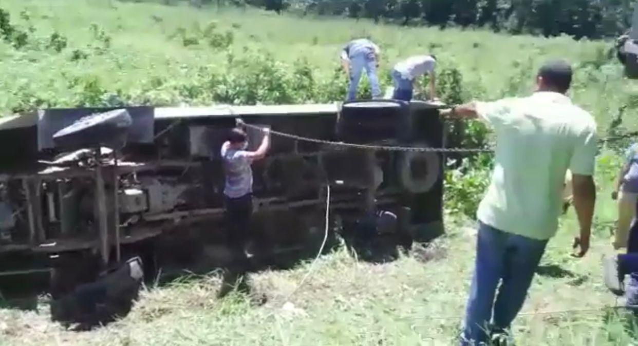 Pudieron colocar de lado el vehículo.