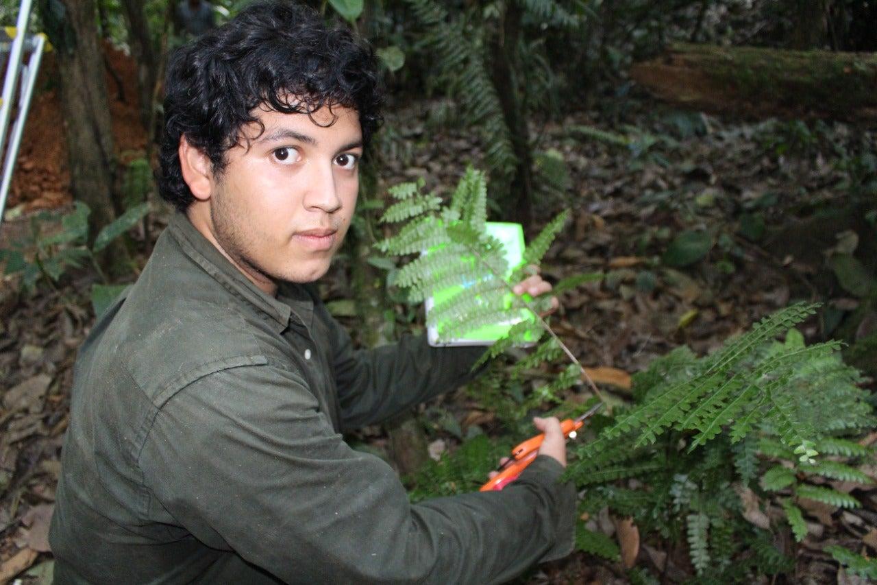 Johan Reyes durante su investigación en La Mosquitia hondureña.