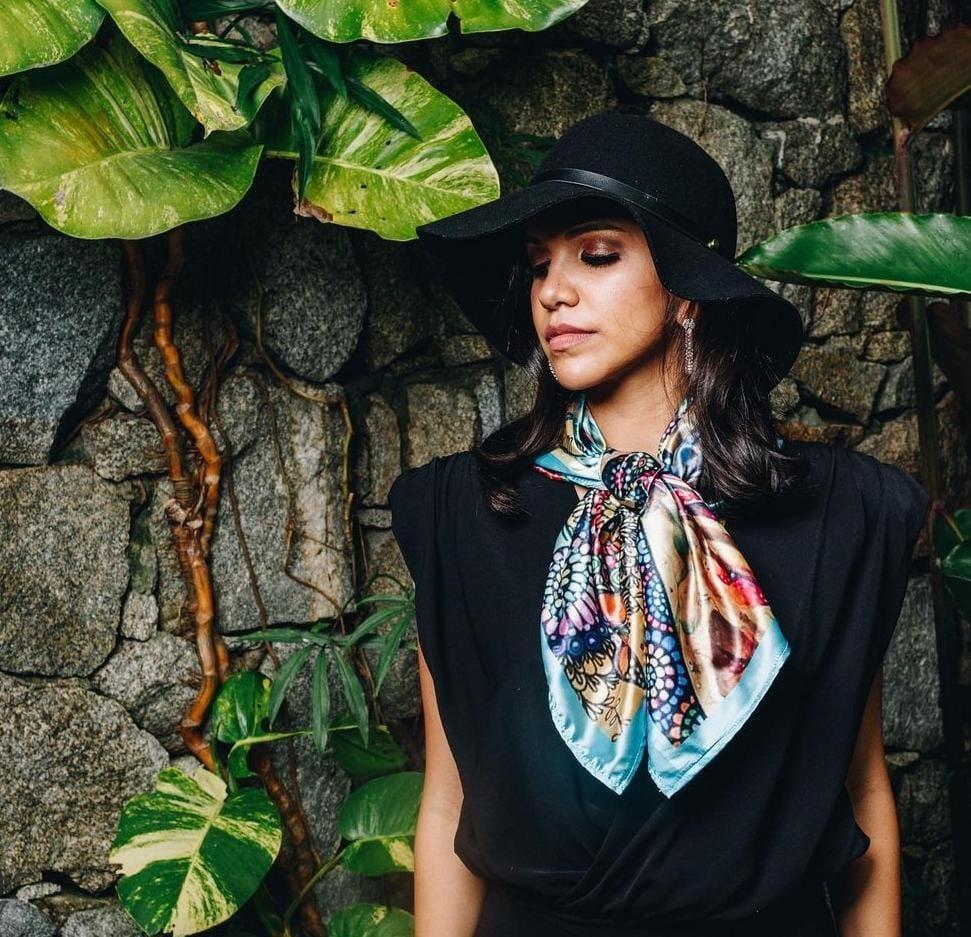 Muchas hondureñas compran accesorios que la artista crea y lucen bien en los atuendos femeninos.
