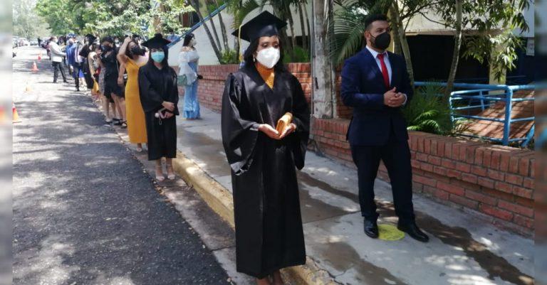 UNAH entrega título universitario a 1,871 profesionales