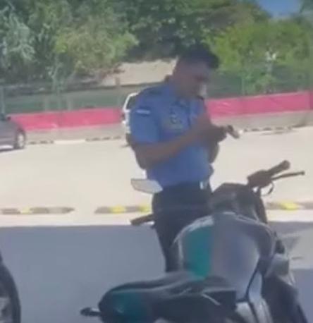 En esta imagen del vídeo viral se ve que el agente policial cumplió con la ley.
