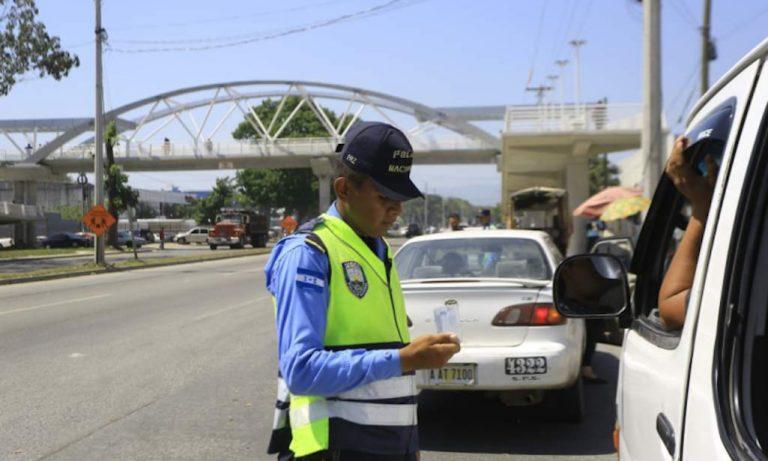 ¿Es legal que un agente de Tránsito multe sin andar en patrulla?