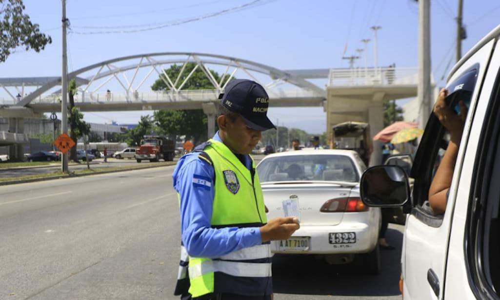agente tránsito multe sin andar patrulla