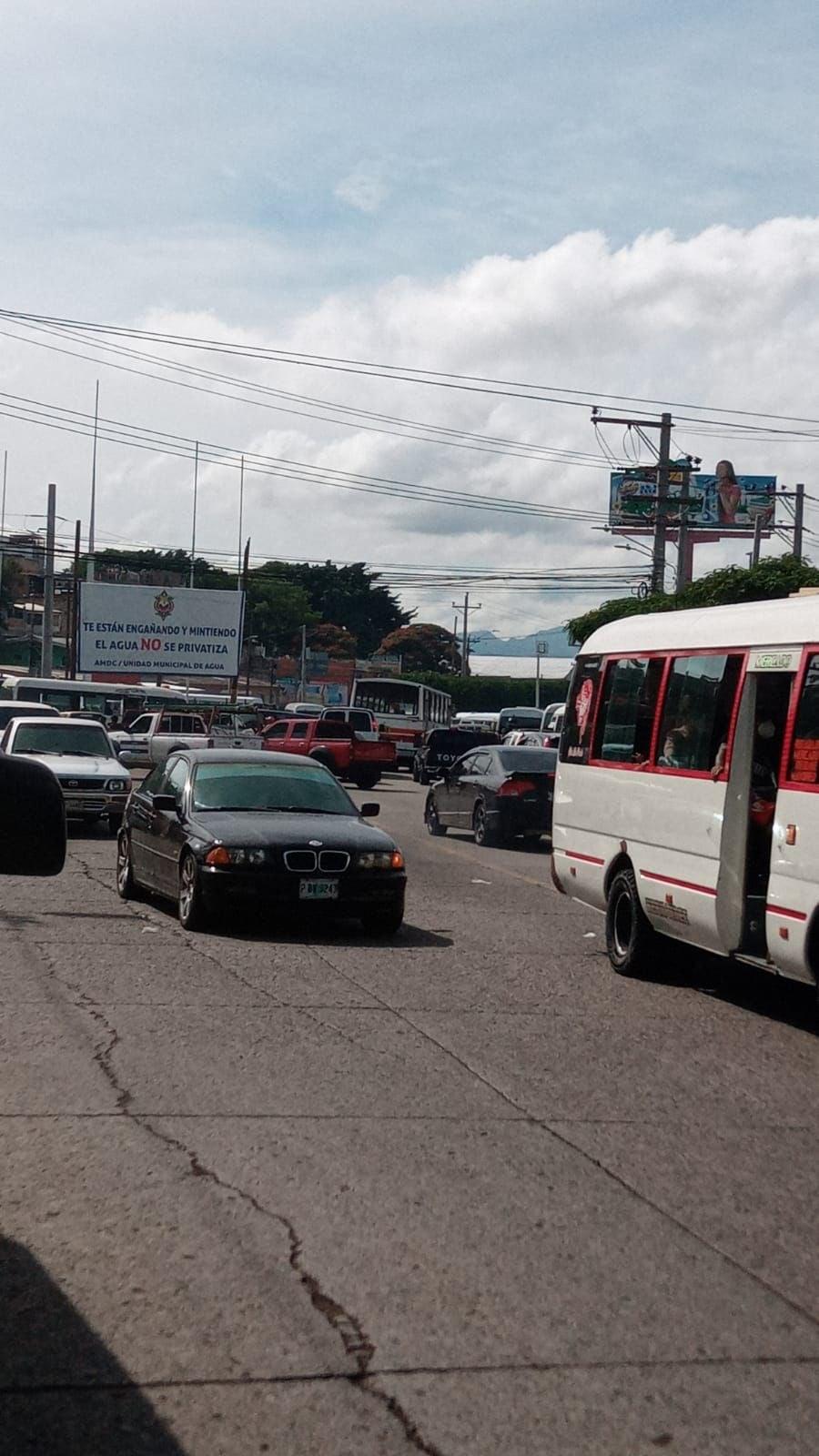 Cierre del paso en la salida a Olancho a la altura de la rotonda del Mall Premier en la capital.