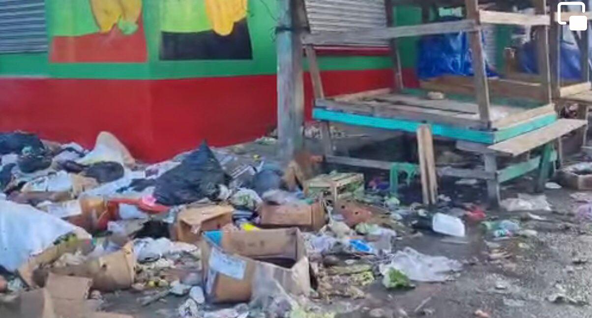 Las calles están llenas de basura desde el día martes, externaron pobladores.