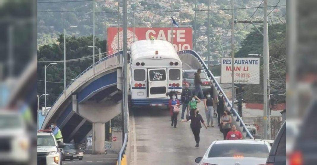 Bus y vehículo liviano quedan atorados paso a desnivel