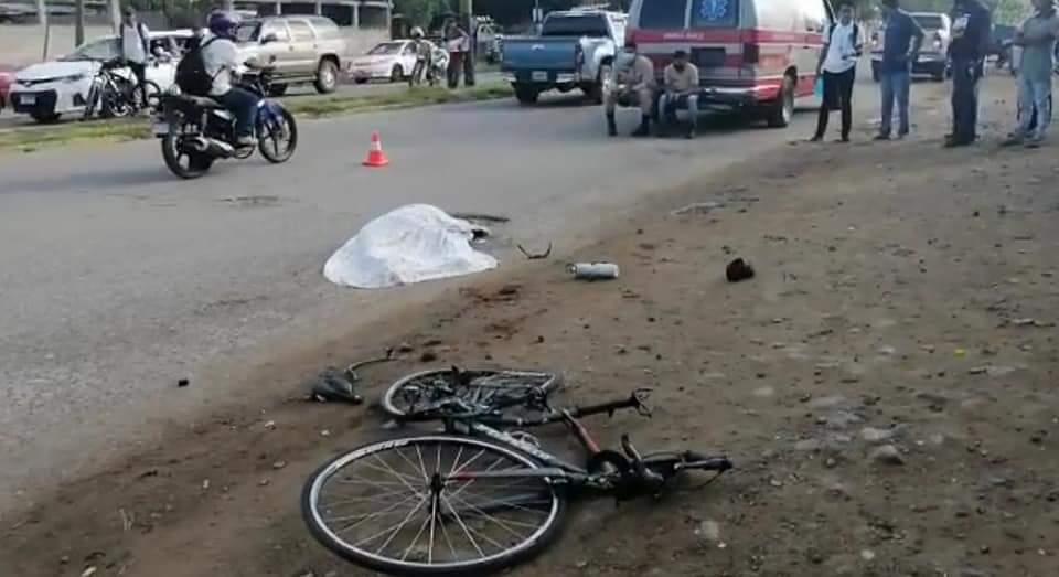 La bicicleta quedó justo al lado del cuerpo sin vida de la abogada y ciclista Maira Andino.