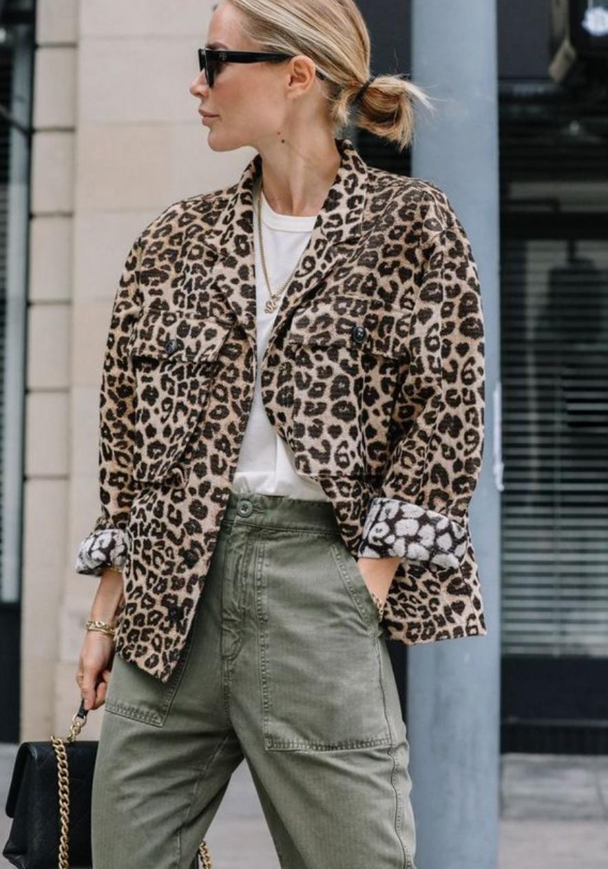 Un blazer de leopardo es una prenda fundamental para dar un plus al atuendo.