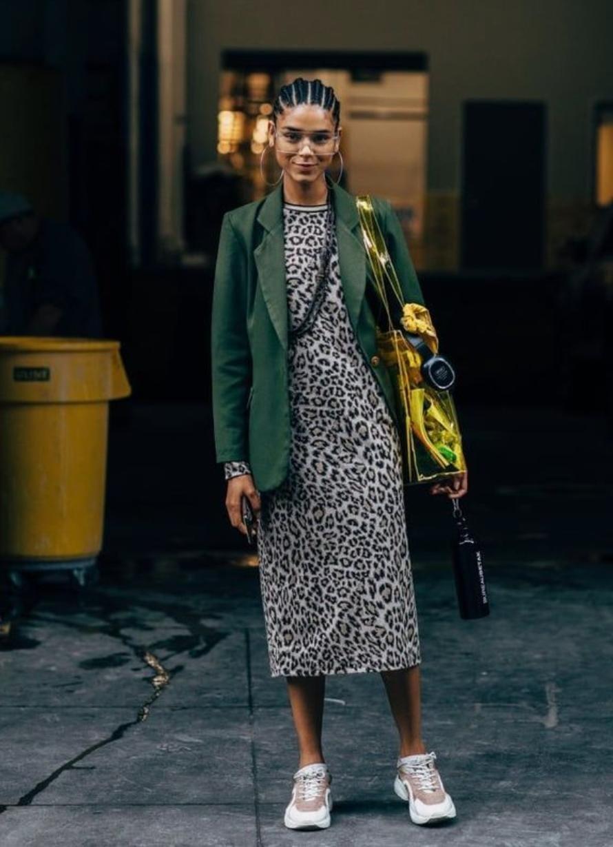 Este vestido se debe combinar con un blazer verde.