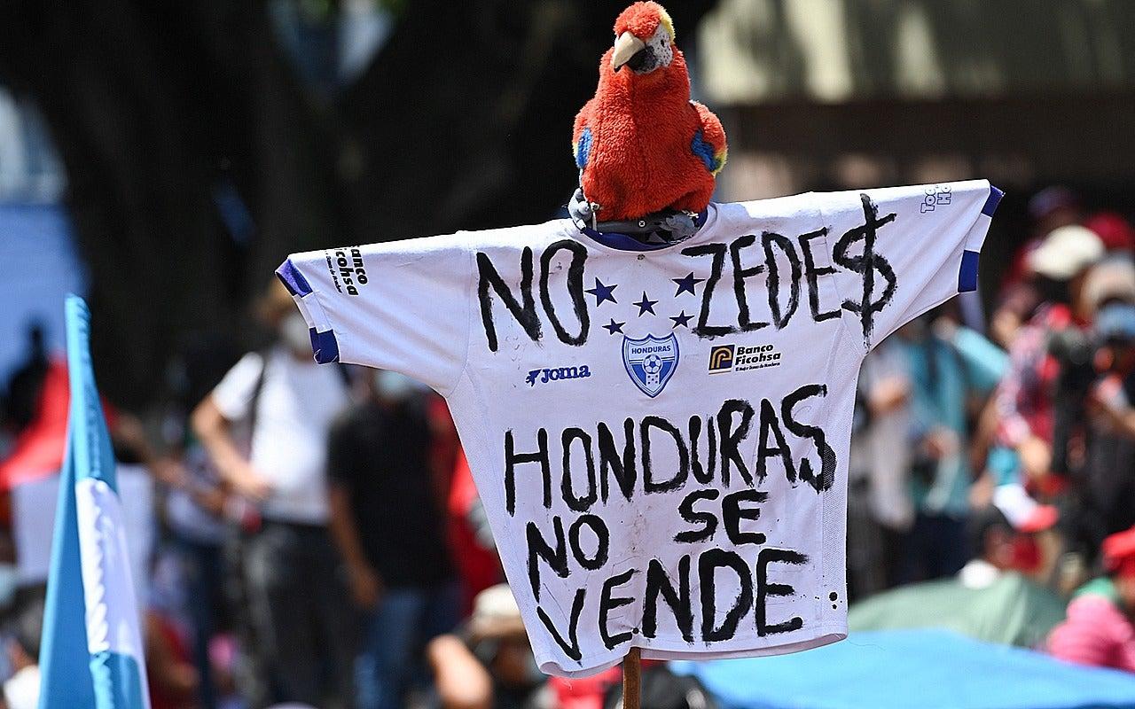 Entre banderas, gritos y música se realizó la marcha encabezada por Xiomara Castro de Zelaya.