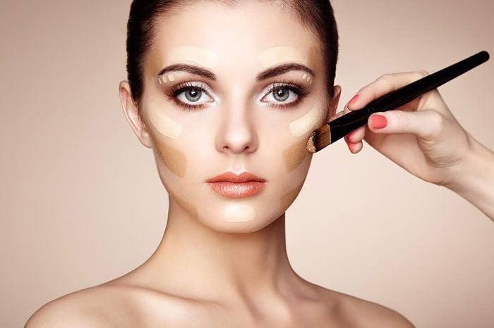 Un tono de base incorrecto generará un mal contraste en tu cuello y rostro, sumándote años.