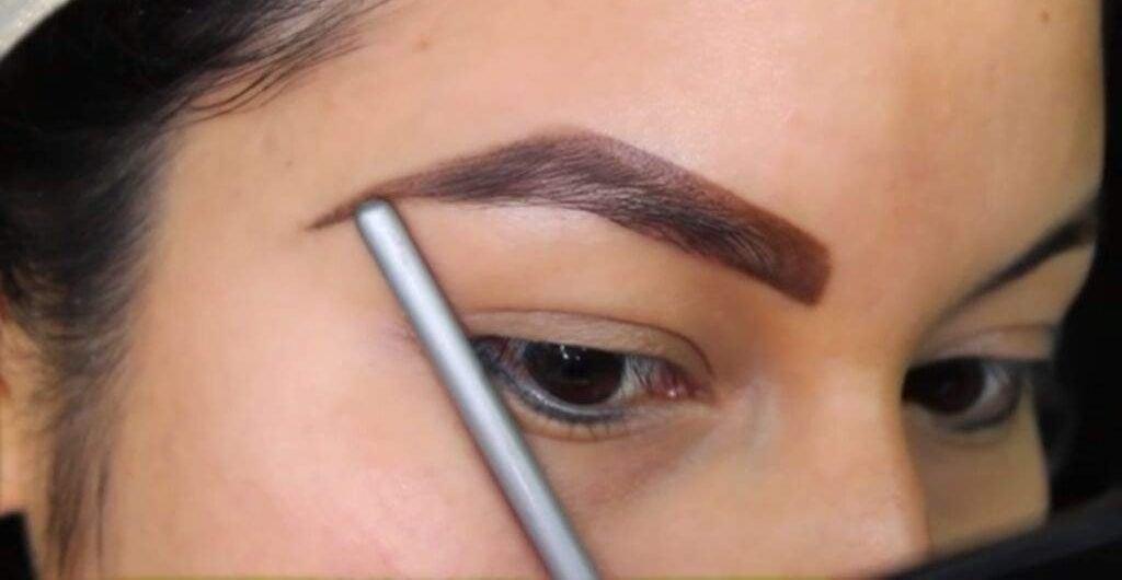 Una ceja muy gruesa y muy marcada hará que tu mirada se vea mal y que se te aumenten los años.