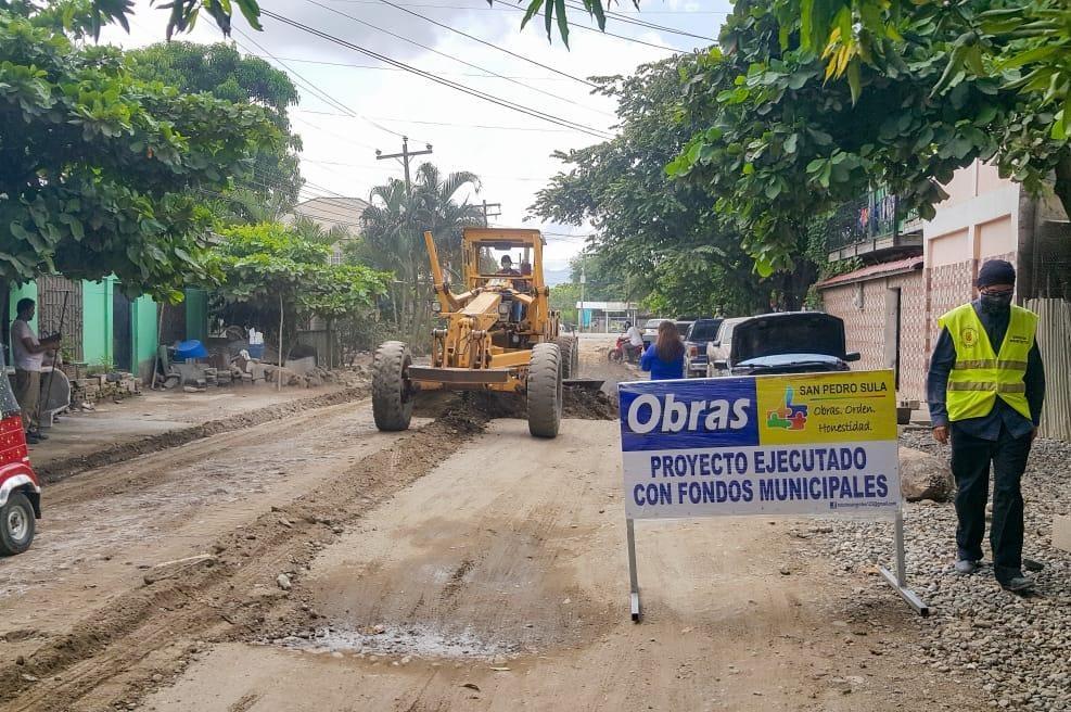 Según las autoridades la pavimentación será de 2,000 metros lineales de losas de concreto hidráulico de 15 centímetros de espesor.