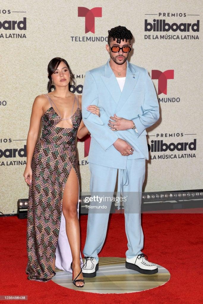 Bad Bunny y su novia Gabriela Berlingeri en la alfombra roja de los Premios Billboard de la Música Latina.
