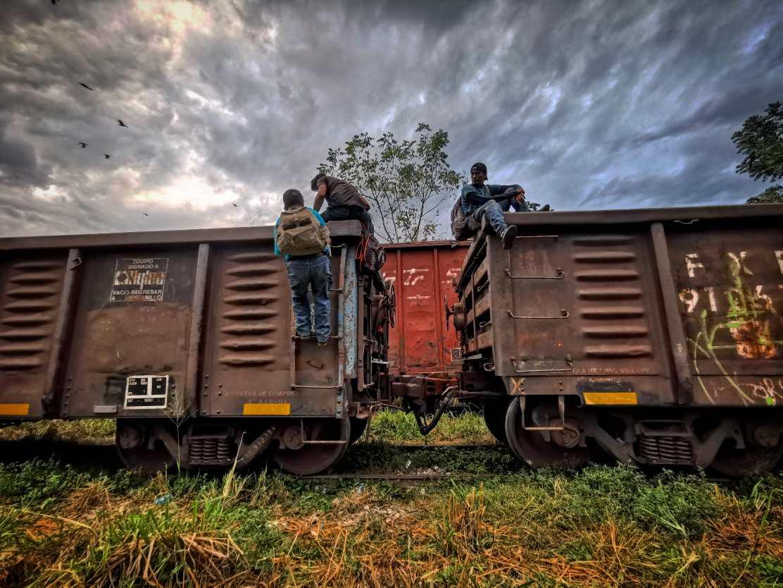 """Muchos migrantes se arriesgan y viajan en """"La Bestia"""" para llegar a Estados Unidos (Imagen referencial)."""