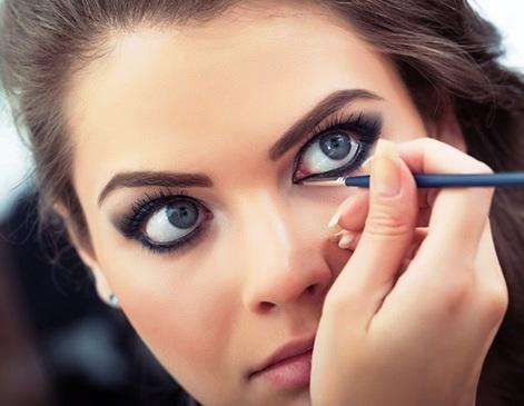La línea con delineador bajo el ojo no es una opción si quieres un look juvenil.