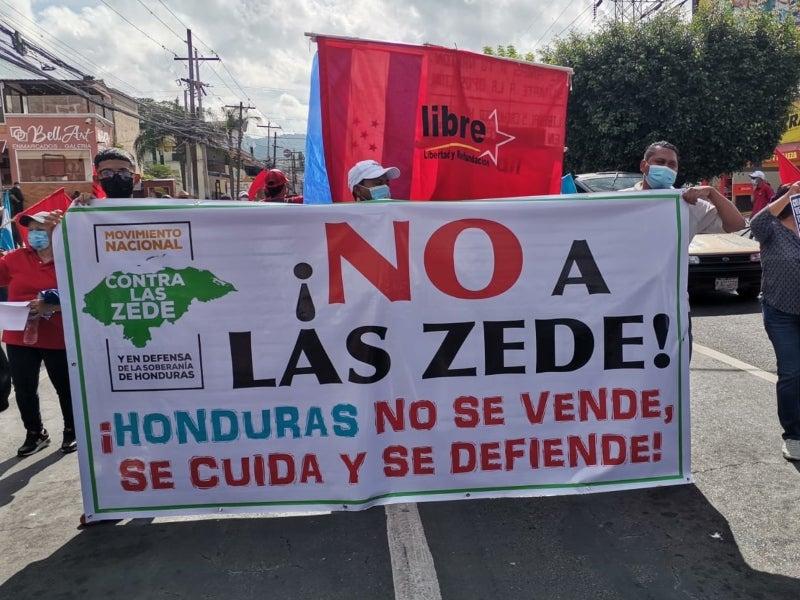 Durante la marcha varios hondureños mostraron sus pancarta en contra de las ZEDE.