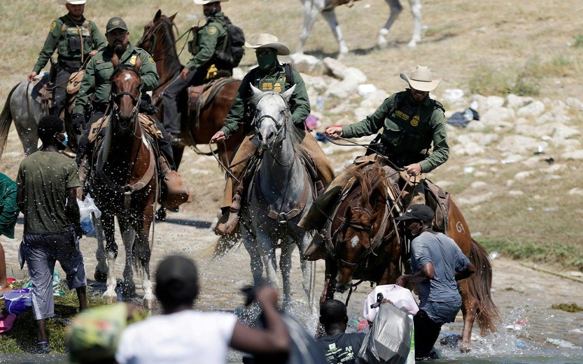 En medio de la desesperación migrantes haitianos son perseguidos por la Patrulla Fronteriza.