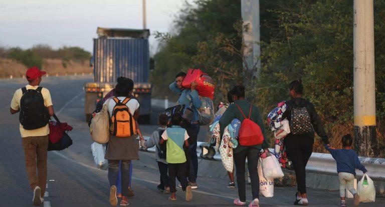 Madres usan a hijos como pasaporte para cruzar la frontera en EUA