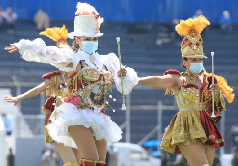 GALERIA| Palillonas y show aéreo se llevan las miradas en desfile
