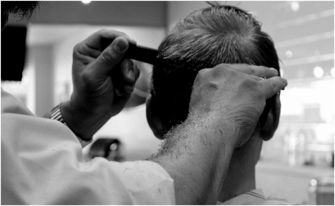 Multan una peluquería por corte