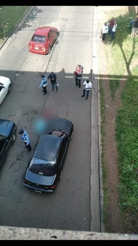 El cuerpo del ciudadano quedó tendido en la calle y lo taparon con una sábana.