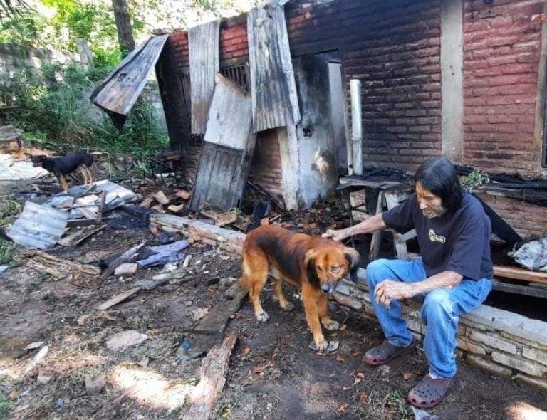 Don Reynaldo pierde su casa en incendio y a siete fieles mascotas
